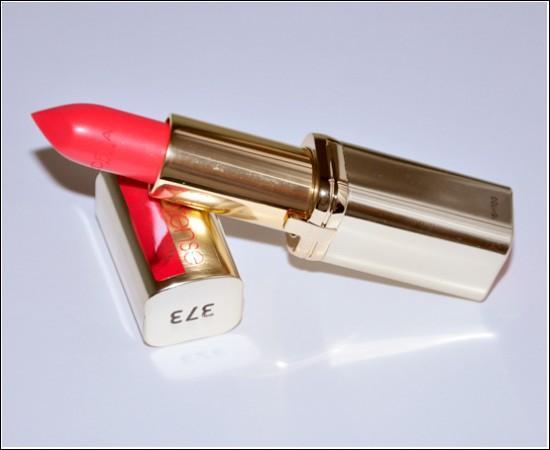 Dudak kaleminizi bir kenara bırakın ve direk olarak kırmızı rujunuzu uygulayın. L'oréal'in color riche rujları dudaklarınızı hem dolgun hem de parlak gösterecektir.