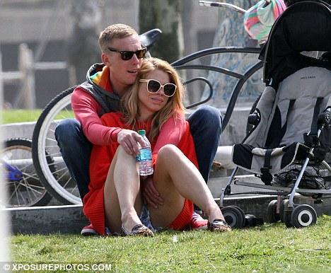 Ünlü İngiliz oyuncu ve şarkıcı Billie Piper, kameralara eşiyle bir parkta romantik dakikalar yaşarken takıldı.