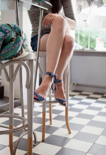 AÇIK AYAKKABILAR Açık bir ayakkabı giyecekseniz, yanınızda her zaman vazelin veya ıslak mendil taşımanızı öneriyoruz. Özellikle ıslak mendil ayak parmaklarınız kirlendiği ya da tozlandığı anda imdadınıza yetişecektir.
