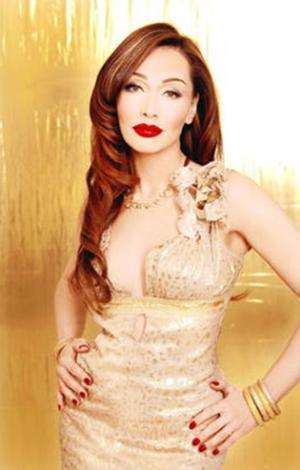 Akyürek bir ödül töreninde Jolie'nin bir kaç ay önce giydiği elbisenin bir benzerini giyip makyajını da ünlü yıldız gibi yaptırmıştı.