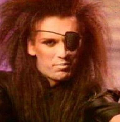 80'lerin ünlü müzik grubu Dead or Alive'ın solisti Pete Burns, şöhret basamaklarını tırmandığı sırada böyle görünüyordu.