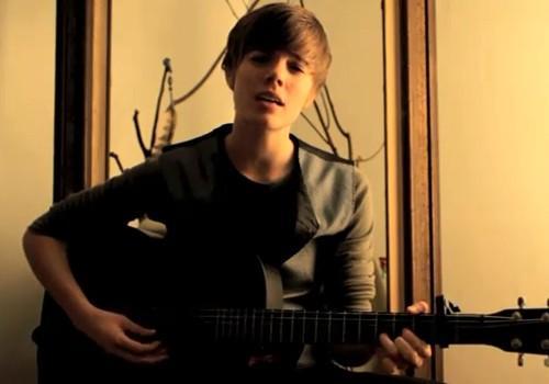 22 yaşındaki genç kadın şarkıcı Dani Shay, şöhreti son dönemin pop ikonlarından 17 yaşındaki Justin Bieber'a benzerliğiyle yakaladı.   Amerikalı Dani Shay, önceki güne kadar YouTube'a gönderdiği videolarla dikkat çekmeye çalışan kendi halinde genç bir müzisyendi. Ancak Kanadalı Justin Bieber'a benzerliği fark edilince bir gecede şöhret oldu.   22 yaşındaki şarkıcı, 17'sindeki Bieber'a sadece fiziksel olarak benzemiyor, sesiyle de ünlü şarkıcıyı andırıyor. Zaten internette tıklanma rekorları kıran videolarında da onun şarkılarını söylüyor.