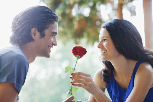 Uzmanlar, boşanmanın da evlilik gibi karşılanmasını, çiftlerin birbirilerini hırpalamadan ve saygılarını kaybetmeden ayrılmalarının en doğru yöntem olduğunun altını çiziyor. İşte o öneriler...  1. Nasıl tanıştığınızı unutmayın  Belki bir arkadaş toplantısında, belki çok keyifli bir tesadüfle ya da yeni nesil iletişim aracı olan bir internet sohbetinde tanıştınız. İlk günler ne kadar mutlu olduğunuzu hatırlıyor musunuz? Ya ilk buluşmanızı ve Sevgililer Günü'nde birbirinize karşılıklı yaptıklarınız sürprizler? Sabaha kadar heyecandan uyuyamadığınızı da unutmayın.   Karşılıklı ya da tek taraflı biten ilişkinizin bir zamanlar çok iyi gittiğini ve birbirinize çok değer verdiğinizi zaten biliyorsunuz. Şu an, her şeyin bitme noktasına gelmiş olması, geçmişte yaşanan güzel duyguları silmesin.