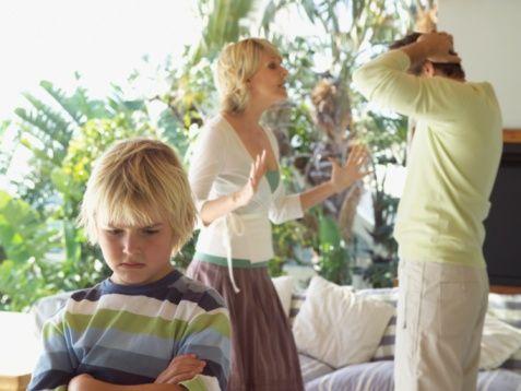 """4. Çocuklarınıza yansıtmayın  Her ilişkide yalnızca tek taraf hatalı değildir. Her ne kadar kimse kendi hatasını kabul etmese de gerçekler tam tersini gösteriyor. Mutluyken ilişkinizin tam bir evlilik yaşadığınızı düşünürken, iş boşanmaya gelince bütün resim değişiyor. Üstelik o kadar konuşulmayacak şeyler gün yüzüne çıkıyor ki, boşanma doğal halinden çıkıp bir intikama ve çiftlerin birbirlerine acı çektirmesine dönüşüyor.   İki savaşçı cenk ederken de muhakkak en büyük yarayı da çocuklar alıyor. Ortaklaşa ve en mutlu anınızda dünyaya getirdiğiniz çocuklarınıza bir """"eşya""""ymış gibi davranmaktan uzak durun. En önemlisi de sizin biten ilişkinizin onlara yansımasına izin vermeyin.   Çocuklar için anne-babaları, dünyadaki en değerli ve güven duydukları insanlardır. Sizin aranızda biten duygusal ilişkiniz ve artık başka evlerde yaşayacak olmanız onun hem duygusal hem de sosyal hayatını derinden etkileyecektir.   Boşanma sürecinde tartışmalar oluyorsa, bunun mutlaka çocuklardan uzakta yapmakta yarar var. Çünkü boşanan çiftler hayatlarını bir sonraki evrede yeniden toparlarken, çocuklar bu travmayı bir daha asla atlatamayacak kadar etkilenebiliyor."""