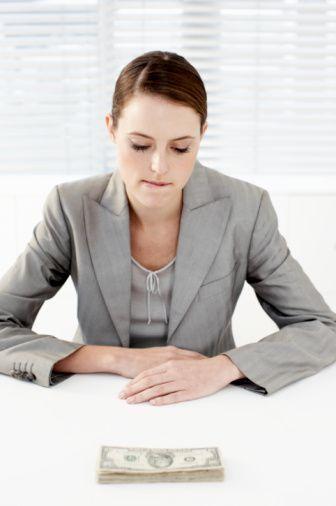5. Maddiyatı bir kenara bırakın  Boşanma, önce duygusal başlayan bir süreçtir. Ve ne yazık ki, etraftaki örneklere baktığınızda son noktada artık birbirleri mal paylaşımı üzerinden yıpratan çiftlere şahit olursunuz. Boşanmanızı en hasarsız atlatmanın bir yolu da hukuk yoluyla mal paylaşımını doğal sürecine bırakmaktır.   Nasılsa mahkeme sırasında hakkınız ne ise onu size veren bir hukuk sistemi içinde yaşıyorsanız, eski eşinizle sahip olduğunuz malların paylaşım kavgasına girmeyin. Genellikle kadınlar, ayrılmak üzere oldukları eşlerinin bir sonraki ilişkilerinde rahat nefes alıp güzel bir hayat sürmelerini engellemek için ellerinde ne var ne yoksa almaya çalışır. Ama unutmayın, bu evlilik sırasında her ikiniz de eşit haklara sahiptiniz. Ayrılırken de aynı haklar geçerli olacaktır.