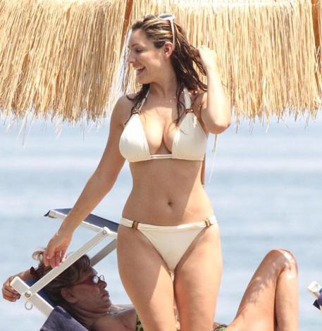 KIVRIMLARIN SIRRI HULAHOP 31 yaşındaki manken Kelly Brook vücudunun güzelliğiyle ünlü.
