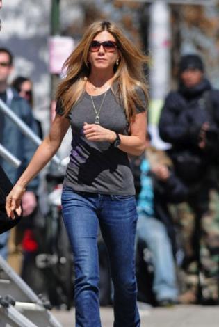 Her ne kadar Aniston bunun sebebini 'kaliteli genlere sahibim' diyerek açıklıyorsa da sadece bu yeterli değil. Babası Girit kökenli olan Aniston, elbette bunun nimetlerinden faydalanıyordur..