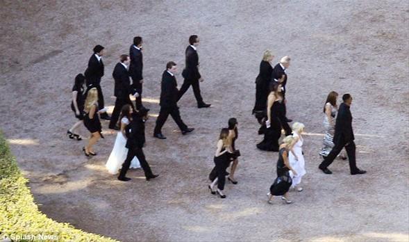 """Düğün görüntüleri bu akşam """"e!"""" isimli bir eğlence kanalında, fotoğraflarsa cuma günü People dergisinde yayınlanacak. Öncesinde düğünden görüntü sızmadı.   Kardashian'ın fildişi renginde, kabarık etekli, dantel bir gelinlik giydiği ve davet boyunca gelinlik hariç 2 kıyafet değiştirdiği belirtiliyor.   Damat Humphries de, beyaz simokin ceketiyle başladığı düğünü siyah ceketle tamamladı."""