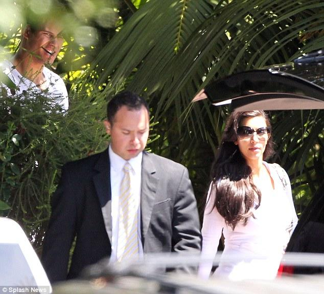 Gelin ve damat düğünün yapılacağı Montecito'ya gelirken.