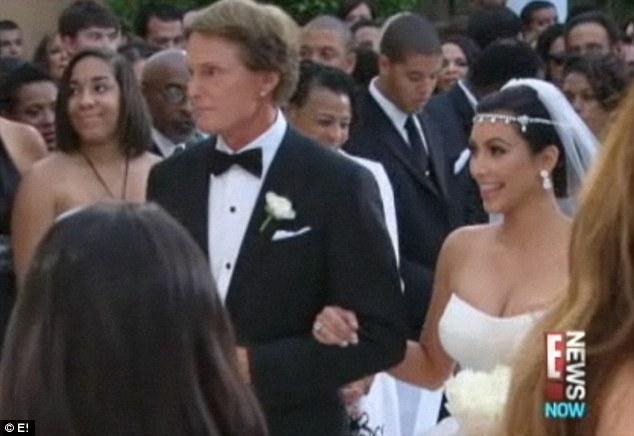 Kim'in babası hayatta olmadığı için, gelini damata teslim etme görevi üvey baba Bruce Jenner'a düştü.