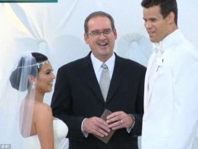 Düğünde gelin de damat da tepeden tırnağa bembeyaz giyinmişlerdi.