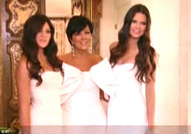 Kim'in küçük kardeşleri Kylie ve Kendall, anneleri Kris Jenner'la poz veriyor.