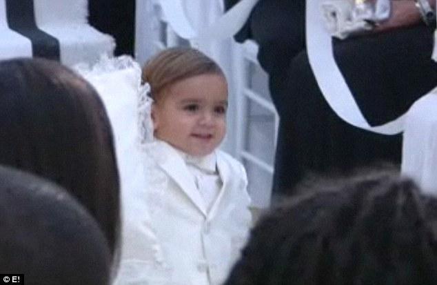 Kim'in kardeşi Kourtney'nin küçük oğlu Mason, Kim'in önünden yürüyordu ve çok şirin görünüyordu.