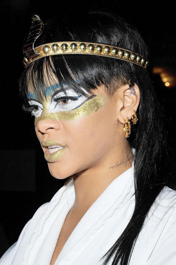 Böyle bir makyajı kusursuzca taşıyabilecek olan biri varsa, o da Rihanna'dır...Rihanna gölgelerde gizlenmeyi seven yıldızlardan biri değil, adımını attığı her ortamda tüm gözleri üzerine çevirmeyi çok iyi biliyor.  Rihanna'nın metalik makyajlı (yüz boyaması demek daha doğru olacak sanırım) bu fotoğrafını görünce çok şaşırdık. Riri kesinlikle harika ve modern bir kleopatra gibi görünmekteydi.