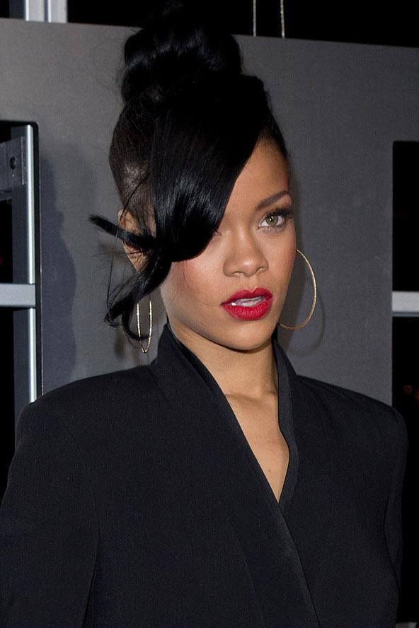 2012 Rihanna saçlarını siyaha boyatarak oldukça edgy bir görünüme kavuştu.