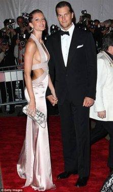 Gisele Bündchen & Tom Brady  Ekonomi dergisi Forbes, Brezilyalı manken Gisele Bündchen ve eşi Amerikalı sporcu Tom Brady'yi, dünyanın en zengin ünlü çifti seçti.
