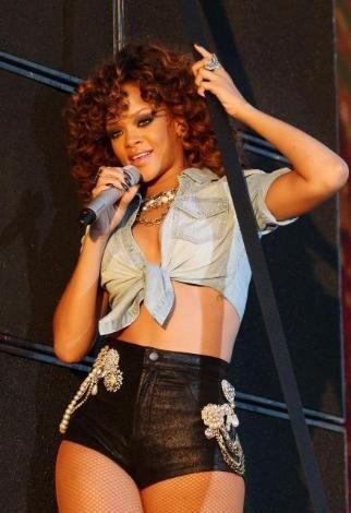 Sahneye kısacık şortuyla çıkan Rihanna, şarkılarının yanısıra sahne şovlarıyla da dikkat çekti