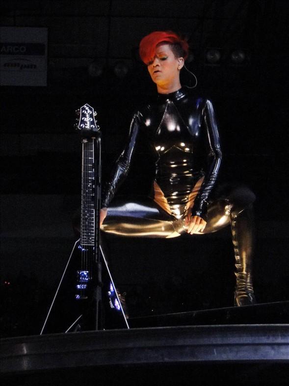 Rihanna konserlerinden görüntüler.. - 10