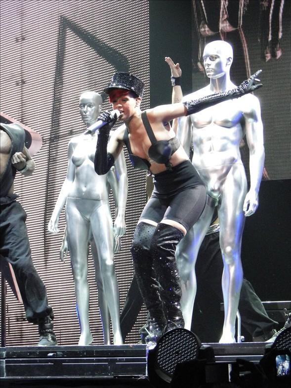 Rihanna konserlerinden görüntüler.. - 11