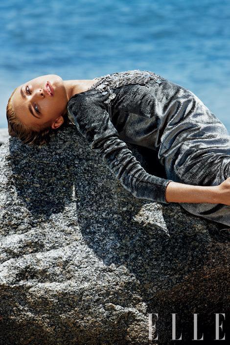 Metalik çizgili ipek ve kadife elbise, Calvin Klein Collection, $2,995.    Fotoğraf: Terry Tsiolis; Stil: Lester Garcia