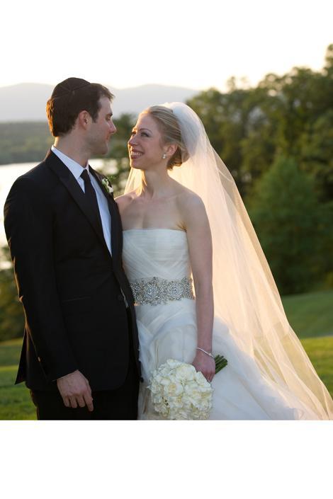 Chelsea Clinton Eski ABD başkanı'nın kızı da Ağustos 2010'da ki düğünü için Vera Wang'in tasarladığı iki gelinliği birden giydi. Chelsea seremonide farklı, kutlamada farklı gelinlikler giymişti.
