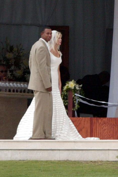 Elin Nordegren Sonları çok gürültülü ve kötü olmuş olsa da, Elin Nordegren ve Tiger Woods'un başlangıçları çok özel ve sakindi. 2004 yılının Eylül ayındaki düğünleri için Elin, askılı ve kat kat bir Vera Wang gelinlik giymişti.