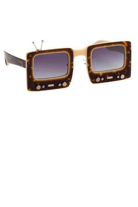 Jeremy Scott x Linda Farrow'dan televizyon şeklinde güneş gözlükleri