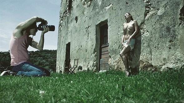 Meraklıları tarafından her yıl merakla beklenen ünlü Pirelli 2012 takvimi Kate Moss'un pozlarıyla çıkacak.
