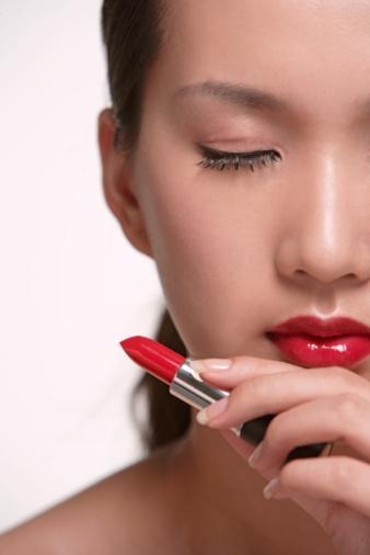 Kırmızının cazibesi Kırmızı her zaman sıcak ve çarpıcı bir renk olmuştur. Ünlü makyaj uzmanı Julie Hewitt'e göre hemen herkes dudaklarında kırmızının herhangi bir tonunu kullanabilir. Kırmızının etkisini azaltmak için önce dudak kremi kullanın sonra kırmızı rujunuzu uygulayıp fazlalığı bir peçeteyle alın. Son olarak rujunun üzerinden dudak kalemiyle geçin.