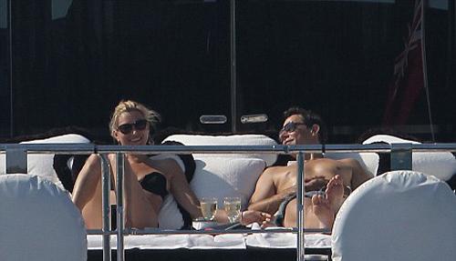 Ünlü çift Sir Philip Green'nin milyon dolarlık yatında  güneşin ve denizin tadını çıkarıyor.
