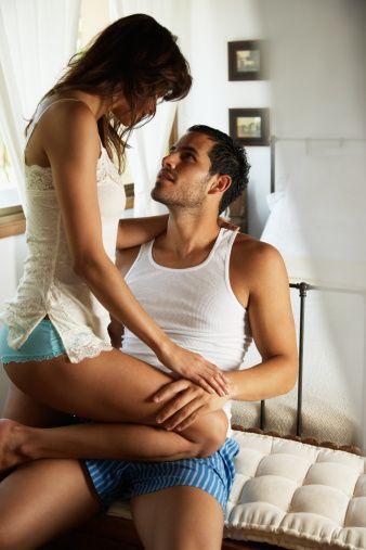 """Aşk Oyunları Oynayın  Partnerinizle ilişkinizin eskisi gibi arzulu, heyecanlı ve zevkli olmadığını mı düşünüyorsunuz? Hatta zamanla birbirinizden uzaklaşıyor musunuz? Yanıtlarınız 'Evet' ise ilişkinizin ilk günlerinde hissettiğiniz arzuyu, heyecanı ve romantizmi yeniden yaşamaya ne dersiniz? İşte ateşinizi yeniden alevlendirmenizin tek yolu; aşk oyunları...  <a href= http://mahmure.hurriyet.com.tr/foto/ask-iliskiler/yatakta-bu-cumleleri-sakin-kurmayin_42593 style=""""color:red; font:bold 11pt arial; text-decoration:none;""""  target=""""_blank""""> Yatakta Bu Cümleleri Kurmayın!"""