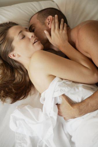 Birbirinize Dokunun  Çiftler için cinselliğin korku verici yanları vardır. Cinsellik sevgi ve şefkat dolu dokunuşlarla kombine edilince korkutucu olmaktan çıkar. Partnerinin vücudunu iyi tanımak için göz kapakları, dudaklar, yüz, göğüs bölgesi, eller, kalça ve bacaklardan ayak parmaklarına kadar cinsel haz alarak ve vererek sevgiyle dokunmak şarttır.