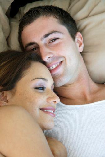 Partnerinize Saygı Duyun  Partnerlerine karşı sevgi ve saygısı olmayan çiftlerin sağlıklı ve mutlu bir cinsel yaşamlarının olması beklenemez. Sevgi ve saygı çiftin cinsel yakınlaşmasını arttırır. Birbirlerini okşamak, sevmek, masaj yapmak, gün içerisinde birbirlerine dokunmayı arttırmak için çiftlerin birbirlerine sevgilerini fiziksel olarak göstermeleri gerekir.