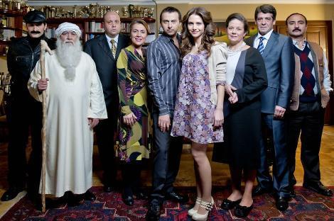 LEYLA İLE MECNUN  TRT 1'de ekranlara gelen komedi dizisi Leyla İle Mecnun, senaryosu ve oyuncuları ile beğeni topluyor.