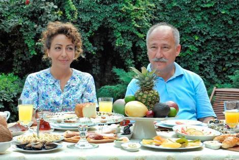 YERDEN YÜKSEK Altan Erkekli, Hasibe Eren, Tarık Papuççuoğlu gibi usta isimleri kadrosunda buluşturan Yerden Yüksek dizisi TRT ekranlarında izleyici ile buluşuyor.