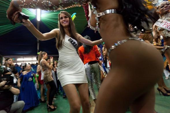 Miss Universe 2011 adayları, Brezilya'da kampta. Aralarında Melisa Aslı Pamuk'un da olduğu güzeller, geçtiğimiz gün samba dersi aldı.