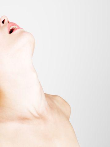 Kadınlarda En Erotik Bölge Beyindir  Kadınların ilişkiye girebilmeleri için önce zihinsel olarak uyarılmaları orgazm açısından çok olumlu sonuçlar doğurur.Güzel sözler, dokunuşlar ve erotik uyarılar kadını ilişkiye hazırlar.  Kadınlarda en erotik bölge beyindir. Önce bu uyarılmalıdır. Daha sonrasında ise vücudunun hassas bölgeleri gelir. Bu bölgeler dudaklar, boyun, memeler, genital bölge klitoris, ayaklar ve diz arkalarıdır.