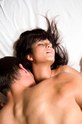 Çoklu Orgazm Sadece Kadınlarda Görülür  Orgazm kadında erkekten farklı olarak erkekteki gibi tekli veya sadece kadınlarda görülen çoklu orgazm şeklinde gerçekleşir.  Tekli orgazm klitoral orgazmdır. Çoklu orgazm ise karışık mekanizmaya sahiptir fakat G noktası denen vagen içi bir alanın uyarılması ile oluştuğu sanılmaktadır. Sayı olarak onlar hatta yüzlerle ifade edilebilen sayıda orgazm gerçekleşebilir.  Erkekten farklı olarak kadının tekrar tekrar ilişkiye girebilmesi için arada refrakter dönem de denilen duyarsız bir dönem yoktur ya da daha az belirgindir. Bu durumda kadın birçok kez üst üste ilişkiye girebilir ve bunlardan yeterli uyarı sağlanırsa orgazm olabilir.