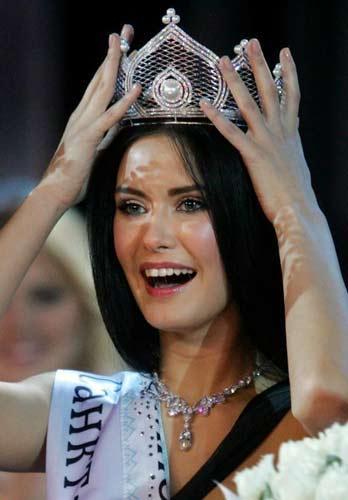 Yarışmada taç giyen 18 yaşındaki Sofia Rudyeva'nın yarışmaya katılmadan önce porno dergi ve internet sitelerine verdiği pozlar ortaya çıktı.