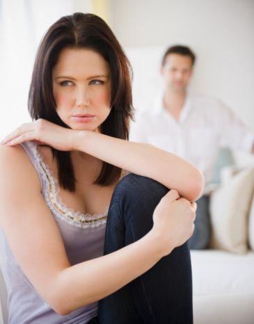 Çiftler Birbirini Eleştirirken Dikkatli Olmalı  Evlilik yorgunluğunu önlemek için çiftler eleştiri ve önerileri 'sen' odaklı değil 'ben' odaklı yapmalıdır. Örneğin 'Bu evin hali ne böyle? Sen ne dağınık bir kadınsın!' yerine eş 'Ev dağınık olunca kendimi kötü hissediyorum' derse karşı taraf sorumluluk duygusuyla daha hassas hareket edecektir. 'Sen' odaklı eleştiriyi direkt kişiliğine yapılmış bir saldırı olarak algılayan eş, bir süre sonra işlerini yine ihmal edecektir.