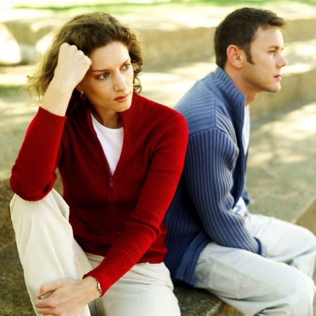 En Önemli Faktör Eğitim Uyumu  Ekonomik ve fiziksel uyum, yaş uyumu, inanç uyumu ve cinsel uyum gibi benzerliklerin hiçbiri evlilik yorgunluğunu önlemede belirleyici değil. Çiftlerden biri çok zengin diğeri çok yoksul olabilir ya da biri genç diğeri yaşlı olabilir.   Evlilik yorgunluğunu önleyen en önemli faktörün eğitim uyumu olduğunu belirten Dr. Yavuz, böyle çiftlerin birbirini anlayabildiğini, birçok konuyu birlikte tartışıp paylaşabildiğini ve en önemlisi konuşabildiğini vurguladı. Dr. Yavuz konuşan bir çiftin de çok önemli sorunlar olmadıkça evlilik yorgunluğuna yakalanma riskinin çok az olduğunu sözlerine ekledi.