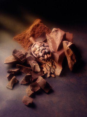 Kakao  Yiyin:Kakao ve çikolata; bakır, magnezyum, demir, fosfor ve kalsiyum başta olmak üzere mineraller bakımından adeta birer hazine... Ayrıca bu besinlerdeki bazı polyphenol'lerin kırmızı şaraptan daha fazla antioksidan etkisi bulunduğu da tahmin ediliyor. Kakaoda bulunan flavonoid'ler, iyi kolesterolü kötü kolesterole dönüştüren oksidasyonu önlüyor. Kakao polyphenollerinin ayrıca vücudu, bağışıklık sistemine hasar veren ve romatizma ile artrite yol açan zararlı maddelerden koruduğu da biliniyor. Fazla kilo almamak için tercihiniz bitter çikolatadan yana olsun...  Sürün:Kakaodan faydalanırken hiç kalori almamanın da yolu var. Küvetinizi sıcak suyla doldurun, içine biraz kakao yağı damlatın ve keyfinize bakın. Cildinizin ne kadar yumuşadığına inanamayacaksınız.