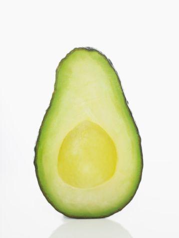 Avokado:  Yiyin: Avokadonun içerdiği doymamış yağ asitleri kanda kolesterolün yükselmesini önlüyor. Avokado bu nedenle kalp damar sağlığı için de doğal bir ilaç olarak kabul ediliyor. Vücuttaki toksik maddeleri yok ederek yaşlanma sürecini yavaşlatan bu mucize meyve, hastalıkları önlemede de büyük rol oynuyor, içeriğinde bulunan protein, mineral ve vitaminler bu meyveyi çocuklar ve hamileler için de çok önemli hale getiriyor. Avokado ayrıca vücudun karbonhidrat, yağ ve protein dengesini de düzenliyor. Genç ve pürüzsüz bir cilt için avokadoyu meyve veya sebzelerle hazırlayacağınız içecek karışımlarına ya da salatalarınıza katın.  Sürün:Avokado bazlı bir maske cildinizdeki yaşlanma etkilerini yavaşlatacak, kuruyan cildinize çok iyi gelecek. Püre haline getirilmiş avokadoya bir iki damla zeytinyağı ve limon suyu ekleyin. Yüzünüze sürüp 10 dakika bekleyin. Bu maske yüzünüzdeki pürüzlü tabakayı yok etmekle kalmayıp sağlıklı bir cildin ihtiyacı olan vitaminleri de sağlayacak ve cildinizi besleyecek.