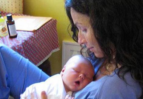 Bazıları bebeklerinin babasını sır gibi saklıyor, bazıları kendileri hamile kalmak yerine taşıyıcı anne yöntemiyle bebek sahibi oluyor. İşte o sıradışı bebekler...  Ünlü yıldız Minnie Driver 2008 yılında ilk çocuğunu dünyaya getirdi.