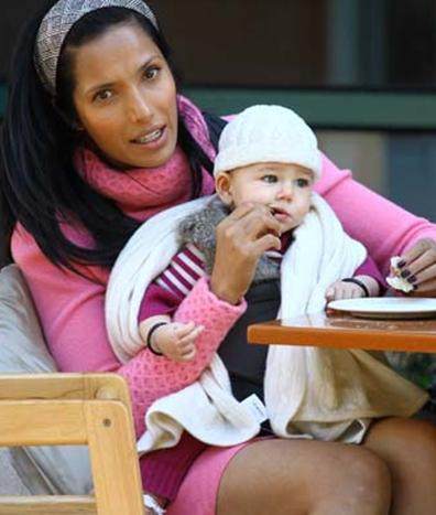 """Bebeğinin babasının kim olduğunu söylemeyen Padma Lakshmi """"Bu isim bende saklı ve kimseyle paylaşmayacağım"""" diye konuşmuştu."""