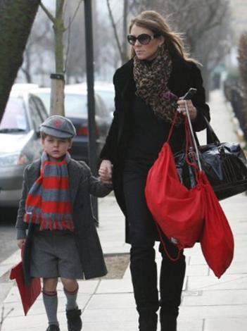 Ünlü oyuncu Elizabeth Hurley de bebeğinin babasını açıklamamakta yıllardır ısrarlı davranıyor.