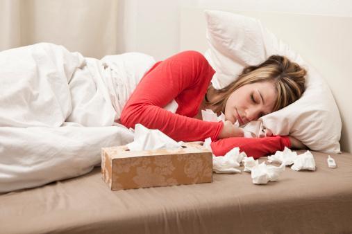 3- Ben neden sık sık grip oluyorum? Bağışıklık sistemim çökmüş mü?  Her aksıran, öksüren, burnu akan veya burnu tıkanan kişi grip değildir.  Nezle, soğuk algınlığı olarak adlandırılan hastalıklarda da grip benzeri tablolar görülebilir.  Fakat bunlarda çoğunlukla yüksek ateş olmaz.    Genel vücut ağrıları, baş ağrıları, halsizlik yakınmaları vardır. Böyle grip benzeri hastalıklara yol açan birçok virüs vardır. Birçoğumuz bu değişik virüsler nedeniyle sık sık grip benzeri hastalıklar geçirebiliriz. Bağışıklık sisteminin çökmesi gibi bir durum söz konusu değildir.