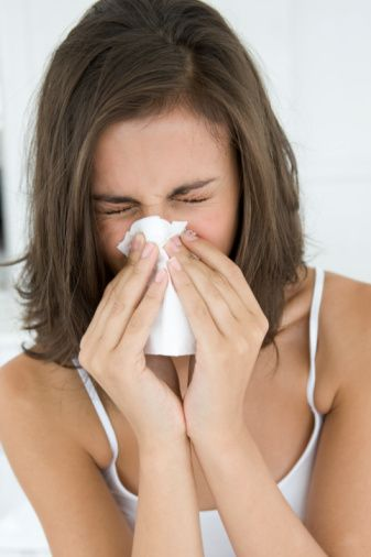 1- Grip nedir?  Genellikle sonbahar ve kış aylarında daha çok küçük salgınlarla ortaya çıkan,  İnfluenza virüslerinin  meydana getirdiği bir üst solunum yolu hastalığıdır. İnfluenza virüsleri A, B ve C olarak üç guruptur. İnsanlarda genellikle İnfluenza C virüsleri hastalığa yol açarlar. Daha çok havyalarda (kanatlılar ve domuz gibi) gribe neden olan İnfluenza A virüsleri zaman zaman insanları da hasta edebilirler.