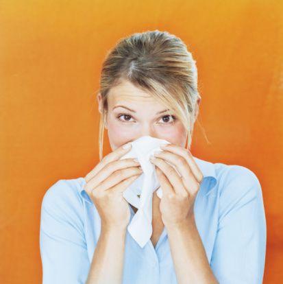 10-  Aşı olmak gripten korunmak için yeterlidir?  Asla değildir.  Mutlaka kişisel korunma önlemleri alınmalıdır. Gribin nasıl bulaştığına dikkat edersek alınacak önlemler kolayca anlaşılabilir.  Öncelikle hasta olduğu bilinen kişilere 1,5 metreden daha fazla yaklaşmamak ilk önlemlerden biridir.    Sadece hasta bakımına yardımcı olan kişiler ve sağlık personeli için ağız ve burunu da kapatan uygun basit maskeler kullanmak faydalı olacaktır.    Hastanın çevresi ve kullandığı eşyalara temas  durumlarında mutlaka ellerin sabunlu su ile yıkanması en etkili korunma yöntemlerinden biridir. Bu her zaman mümkün olmadığında eczanelerden alabileceğiniz el dezenfektanları kullanılabilir.   Hasta odaları havalandırılmalı ve çevresinin temizliği yapılmalıdır. Özellikle kullandığı kağıt mendil ve peçete gibi eşyalar uygun  bir şekilde toplanıp çöpe atılmalı ortalıkta bırakılmamalıdır.  Sağlam kişilerin kendisini koruduğu kadar hastalar da hastalığı bulaştırmamak için kişisel önlemler almalıdır. Aksırırken öksürürken mutlaka ağızlarını ve burunlarını kapatabilecek şekilde kağıt peçete, mendil kullanabilirler veya kollarını dirsek hizasından ağız ve burnu kapatacak şekilde tutarak damlacıkların çevreye yayılmasını önleyebilirler.    Kendileri sık sık el yıkayarak veya dezenfektan kullanarak çevreyi kontamine etmemeye özen gösterebilirler.  Damlacıklarla kirlenen atıklarını uygun biçimde çöpe atarak çevrelerini koruyabilirler.