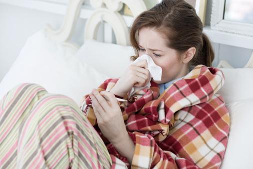 2- Grip belirtileri nelerdir?  Üşüme titremelerle ani başlayan ve 38 ° C dereceyi geçen yüksek ateş gribin ilk ve önemli belirtisidir.  Ateşle birlikte baş ağrısı, genel vücut ve kas ağrıları,  halsizlik,  belli başlı belirtilerdir. Bazen kusma, boğazda ağrı ve yanma , karın ağrısı gibi her zaman görülmeyen yakınmalar ortaya çıkabilir.   Daha sonra öksürük bu tabloya eklenebilir.